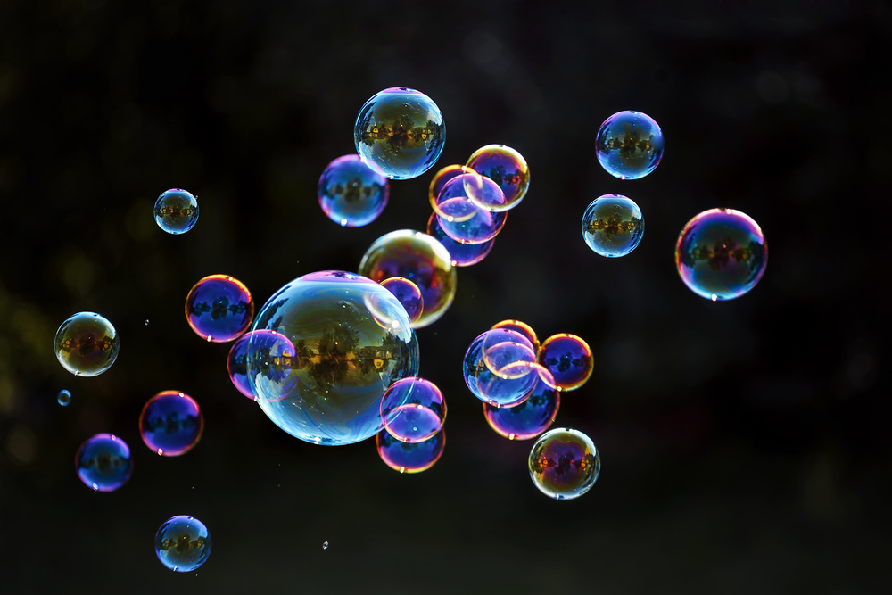 Сферической формой обладают мыльные пузыри или пузыри в воде