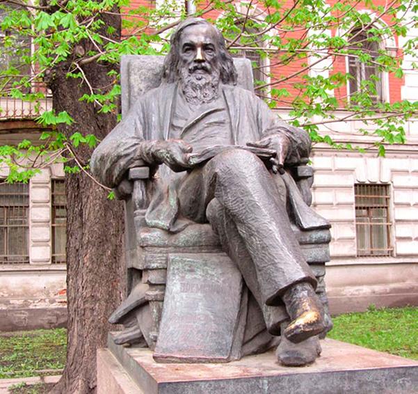 Памятник Д. И. Менделееву у здания химического факультета Санкт-Петербургского государственного университета